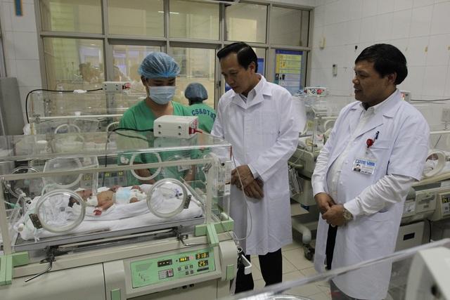 Bộ trưởng Đào Ngọc Dung tặng quà các cháu có hoàn cảnh khó khăn - 2