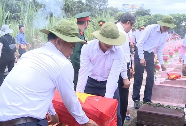 Lễtruy điệu và an táng 17hài cốt liệt sỹ hy sinh tại Lào - 3