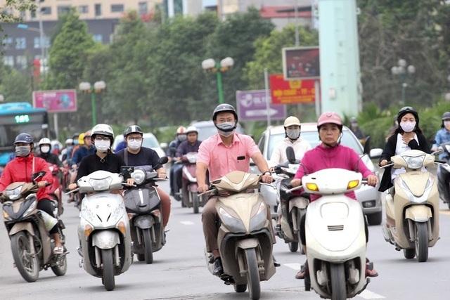 Thời tiết chuyển lạnh đột ngột, người Hà Nội mặc áo rét giữa mùa hè - 1