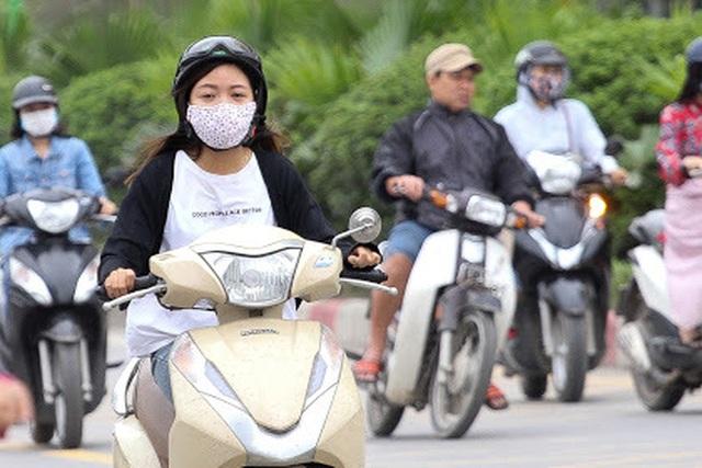 Thời tiết chuyển lạnh đột ngột, người Hà Nội mặc áo rét giữa mùa hè - 11