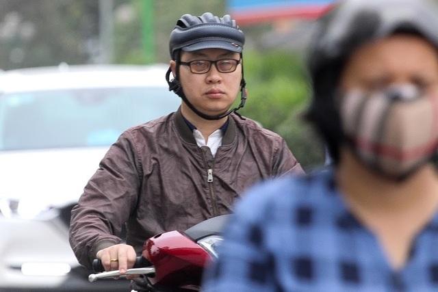 Thời tiết chuyển lạnh đột ngột, người Hà Nội mặc áo rét giữa mùa hè - 3