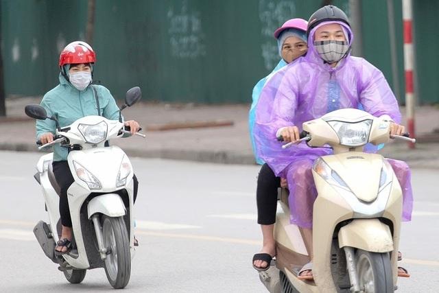 Thời tiết chuyển lạnh đột ngột, người Hà Nội mặc áo rét giữa mùa hè - 13