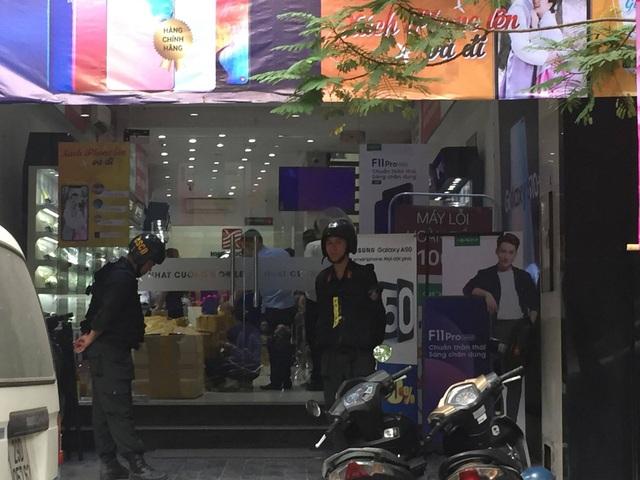 Công an khám xét các cửa hàng của Nhật Cường mobile - 2