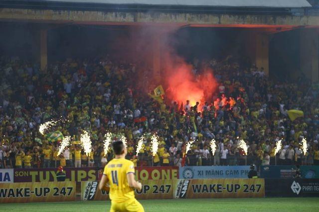 Hai đội bóng V-League bị phạt vì đốt pháo sáng trên sân Hàng Đẫy - 1
