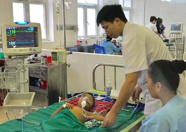 Bé trai 5 tuổi suy đa tạng, nguy kịch tính mạng vì dùng thuốc nam hạ sốt - 1