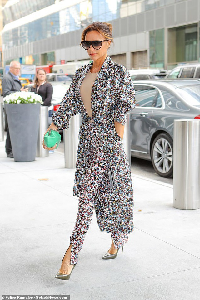 Victoria Beckham sành điệu sải bước trên phố - 1
