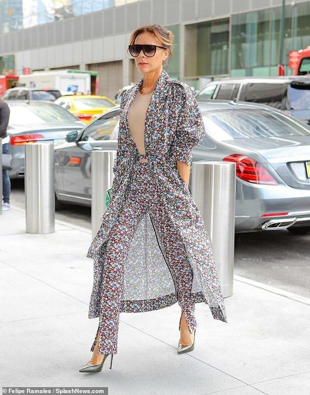 Victoria Beckham sành điệu sải bước trên phố - 3