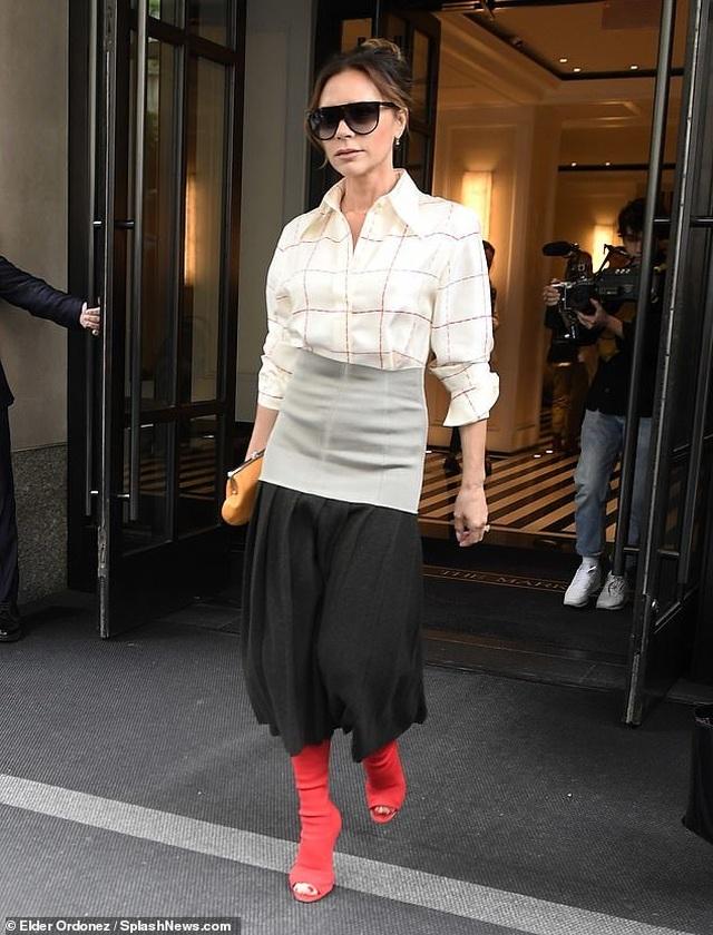 Victoria Beckham sành điệu sải bước trên phố - 5