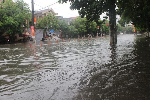 Đường phố Hà Tĩnh thành sông sau trận mưa lớn - 1