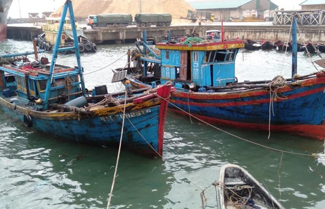 Trục vớt thành công 2 tàu cá của ngư dân bị sóng biển đánh chìm - 2