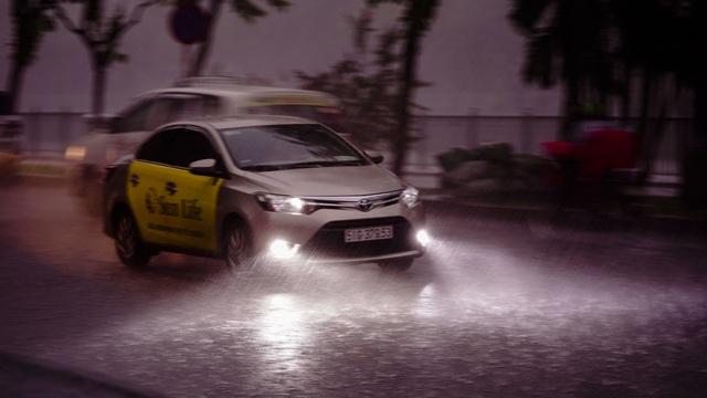Dân Sài Gòn bì bõm lội nước về nhà, sau cơn mưa đầu mùa - 1