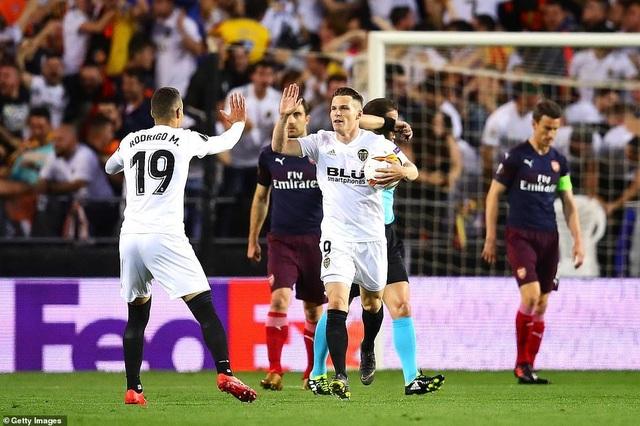 Valencia 2-4 Arsenal: Cú hattrick của Aubameyang - 3