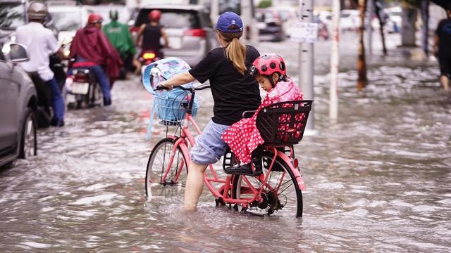 Dân Sài Gòn bì bõm lội nước về nhà, sau cơn mưa đầu mùa - 12