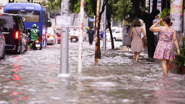 Dân Sài Gòn bì bõm lội nước về nhà, sau cơn mưa đầu mùa - 13