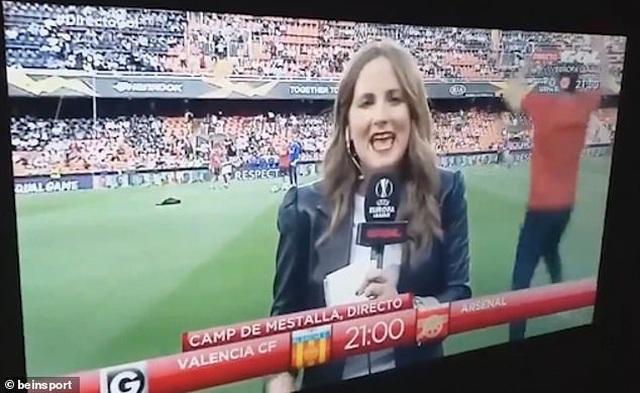 Nữ phóng viên vô tình bị cầu thủ Arsenal sút bóng trúng đầu  - 1
