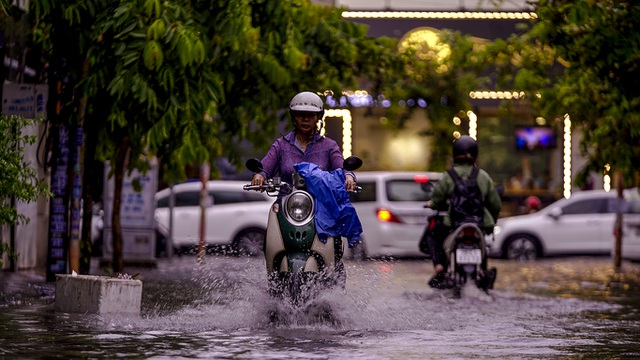 Dân Sài Gòn bì bõm lội nước về nhà, sau cơn mưa đầu mùa - 14