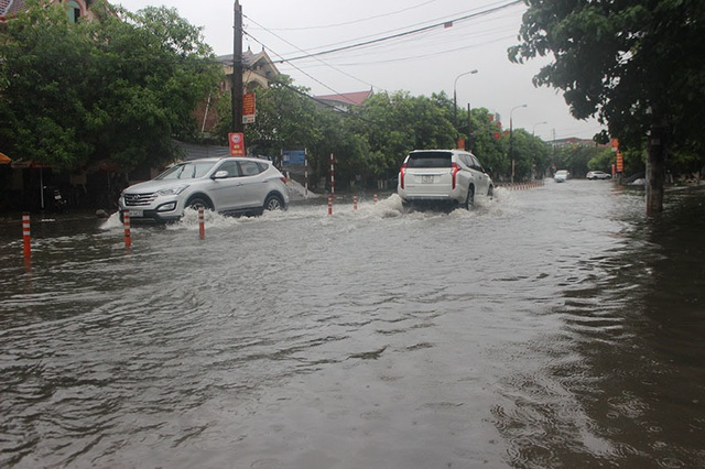 Đường phố Hà Tĩnh thành sông sau trận mưa lớn - 2