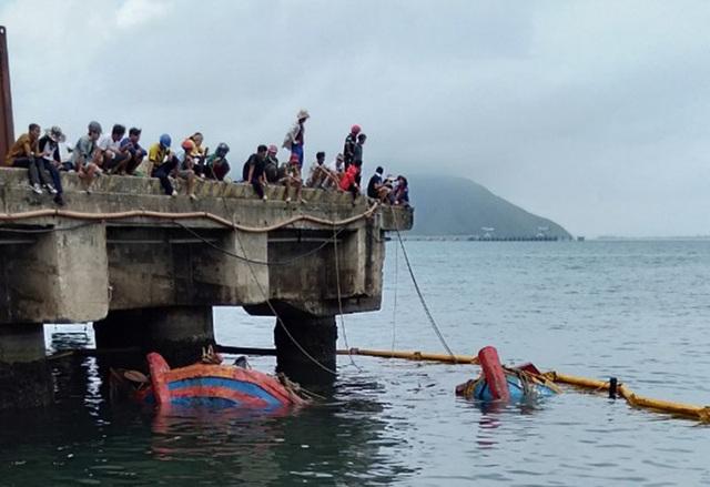 Trục vớt thành công 2 tàu cá của ngư dân bị sóng biển đánh chìm - 1