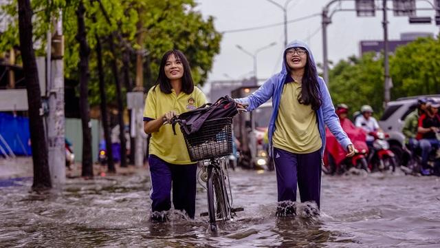 Dân Sài Gòn bì bõm lội nước về nhà, sau cơn mưa đầu mùa - 2