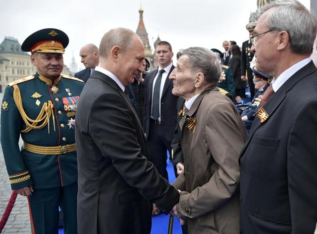 Tổng thống Putin ôm cô giáo cũ trong ngày kỷ niệm chiến thắng phát xít - 3