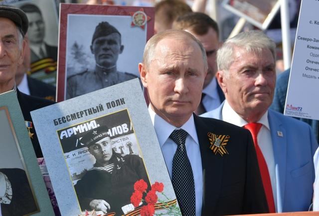 Tổng thống Putin ôm cô giáo cũ trong ngày kỷ niệm chiến thắng phát xít - 5