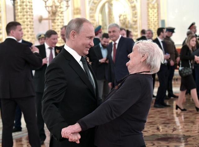 Tổng thống Putin ôm cô giáo cũ trong ngày kỷ niệm chiến thắng phát xít - 1