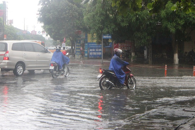 Đường phố Hà Tĩnh thành sông sau trận mưa lớn - 3