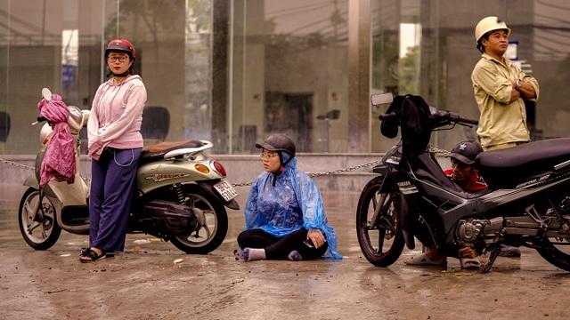 Dân Sài Gòn bì bõm lội nước về nhà, sau cơn mưa đầu mùa - 3