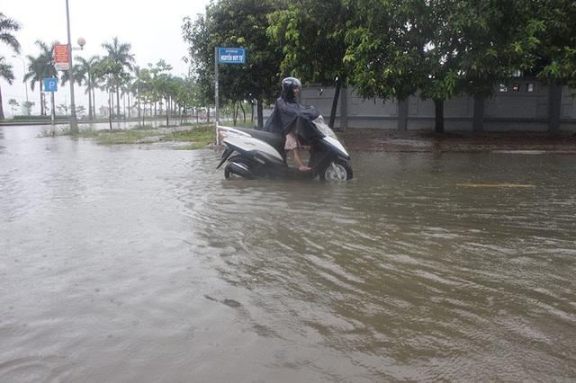 Đường phố Hà Tĩnh thành sông sau trận mưa lớn - 4