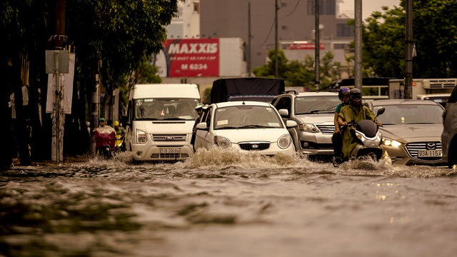 Dân Sài Gòn bì bõm lội nước về nhà, sau cơn mưa đầu mùa - 4