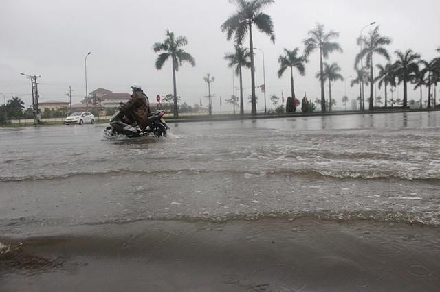 Đường phố Hà Tĩnh thành sông sau trận mưa lớn - 5