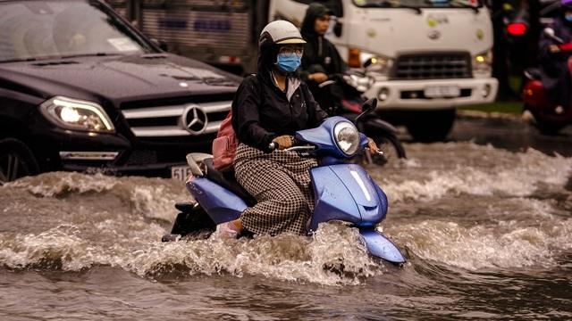 Dân Sài Gòn bì bõm lội nước về nhà, sau cơn mưa đầu mùa - 5