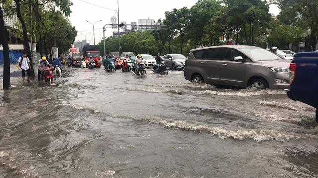 Sài Gòn mưa lớn trên diện rộng, trời tối sầm giữa ban ngày - 13