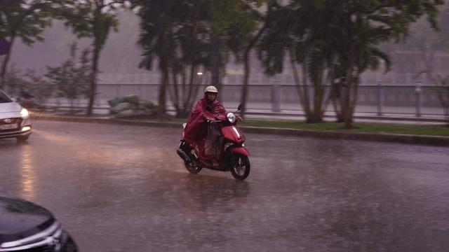 Sài Gòn mưa lớn trên diện rộng, trời tối sầm giữa ban ngày - 1