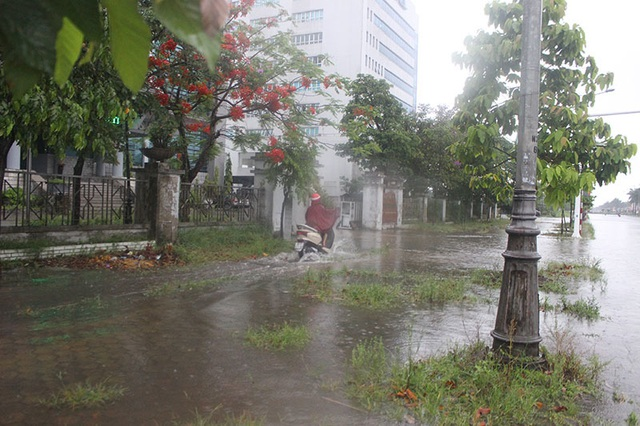 Đường phố Hà Tĩnh thành sông sau trận mưa lớn - 7