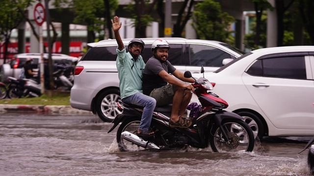 Dân Sài Gòn bì bõm lội nước về nhà, sau cơn mưa đầu mùa - 7