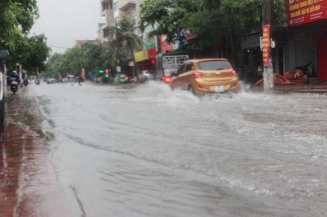Đường phố Hà Tĩnh thành sông sau trận mưa lớn - 8