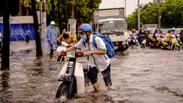 Dân Sài Gòn bì bõm lội nước về nhà, sau cơn mưa đầu mùa - 8