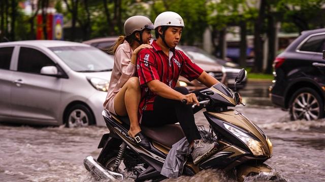Dân Sài Gòn bì bõm lội nước về nhà, sau cơn mưa đầu mùa - 9
