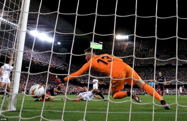 Valencia 2-4 Arsenal: Cú hattrick của Aubameyang - 16