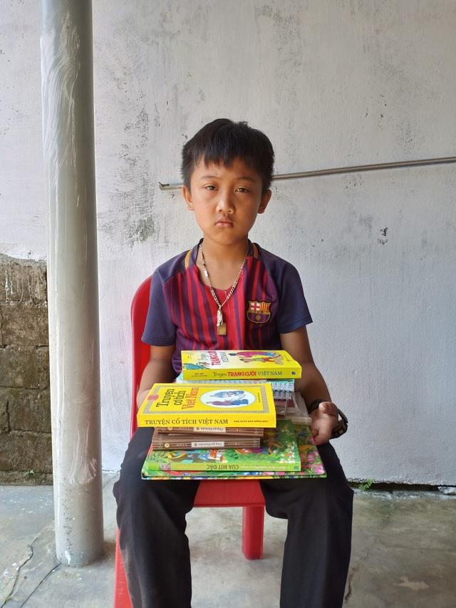 Cậu bé mồ côi oà khóc khi nhận 111 triệu đồng của bạn đọc Dân trí giúp đỡ - 4