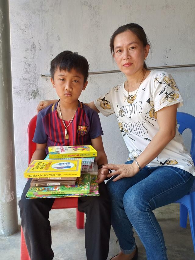 Cậu bé mồ côi oà khóc khi nhận 111 triệu đồng của bạn đọc Dân trí giúp đỡ - 5