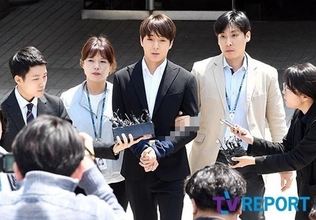 Choi Jong Hoon bị trói tay, giải về đồn cảnh sát - 1