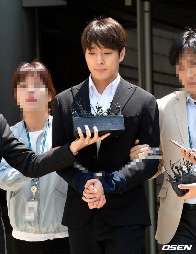 Choi Jong Hoon bị trói tay, giải về đồn cảnh sát - 5