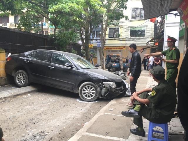 Sốc cảnh chiếc xe Camry lùi không kiểm soát cán chết người ở Hà Nội - 3