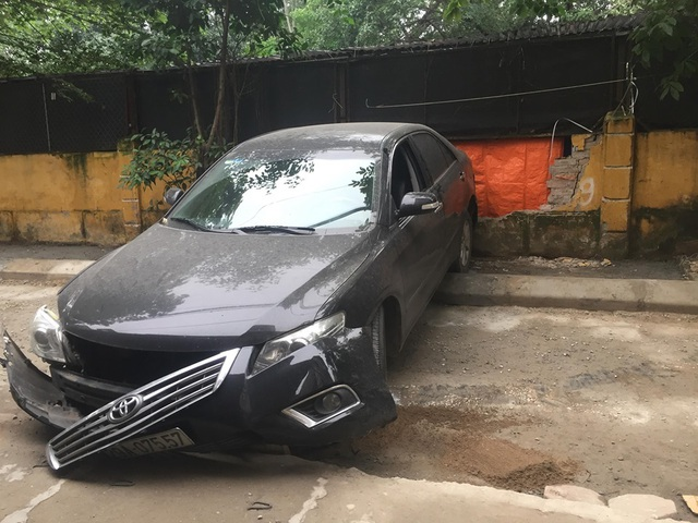 Sốc cảnh chiếc xe Camry lùi không kiểm soát cán chết người ở Hà Nội - 5
