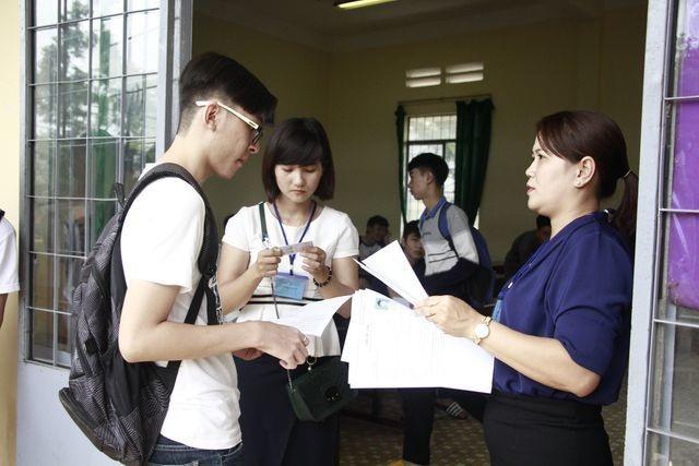 Đưa xe lên Hà Nội đón cán bộ trường đại học về địa phương coi thi - 1