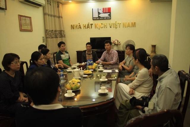 Nhà hát Kịch Việt Nam trao hơn 300 triệu cho gia đình nạn nhân hầm chui Kim Liên - 1
