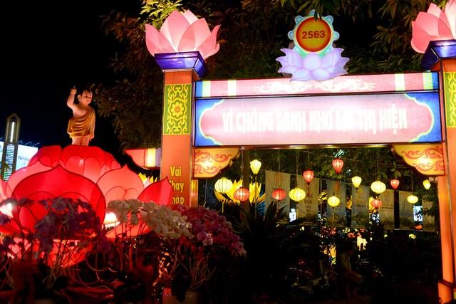 Hoa đăng lung linh trên kênh Nhiêu Lộc chào đón lễ Phật đản - 11