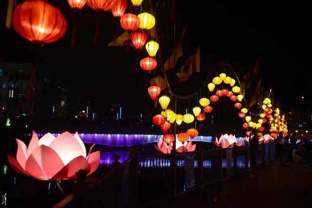 Hoa đăng lung linh trên kênh Nhiêu Lộc chào đón lễ Phật đản - 13